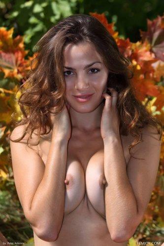 Осенние эротические фотографии красавицы Tory D без одежды на природе