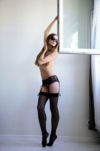 Жгучая красавица Indiana Belle гуляет по квартире в одних чулках