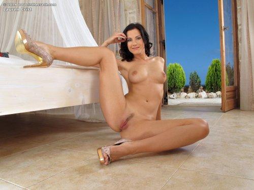 Знаменитая порно звезда Lauren Crist показывает пизду крупным планом