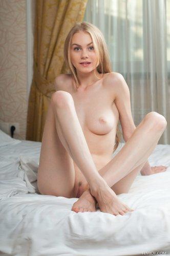 Худая белокурая девчонка Nancy в эротических позах на кровати