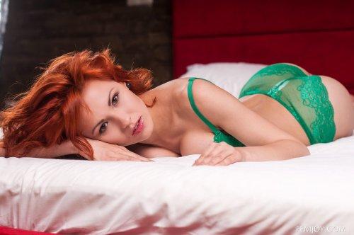 Красотка Zarina A снимает кружевное зелёное нижнее бельё в спальне