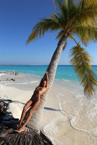 Загорелая топ модель Katya Clover делает эротические фото на белоснежном пляже