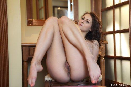 Сногсшибательная модель Yarina P с красивым стройным телом голая в прихожей