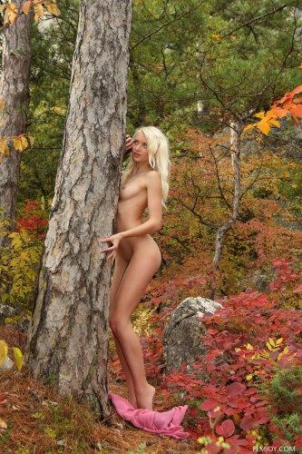 Блондинка Nika N разделась в лесу догола и показала пизду крупным планом