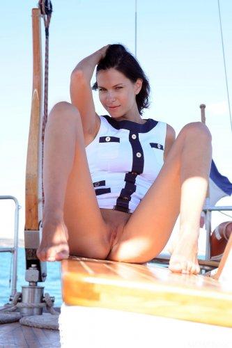 Сексуальный голый капитан корабля Suzanna A с красивыми сиськами