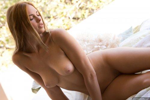 Молодая Bailey Rayne демонстрирует натуральное голое тело