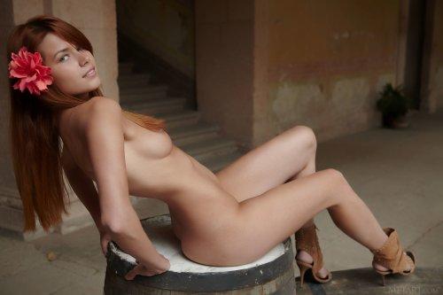 Польская милая красавица Kami Arias прогуливается голой по дворам