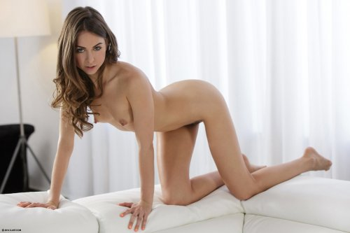 Улыбчивая худая Riley Reid с маленькой грудью фоткается голая на фоне белого дивана