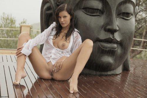 Голая туристка Candace Luca фотографируется под дождём в Таиланде