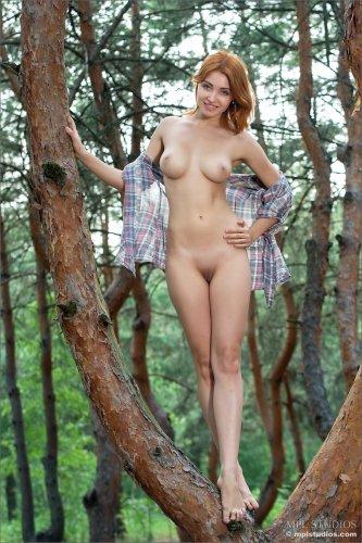 Рыжая женщина Calida гуляет обнажённая по лесу накинув рубашку
