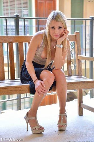 Сексопильная девушка Kendall Kayden снимает платье в общественном месте