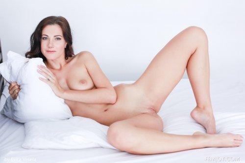Стройная модель Lauren Crist на фото снимает красное эротическое бельё