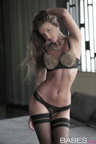 Порнозвезда Melena Tara в эротическом наряде вставляет золотой вибратор в пизду