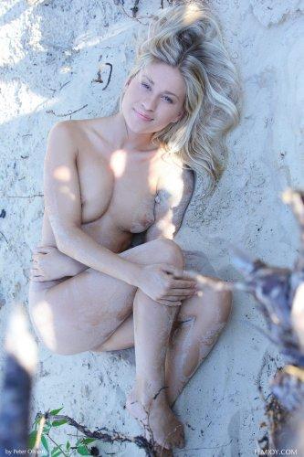 Жгучая блондинка Darina Litvinova с розовой пиздой фоткается абсолютно голая