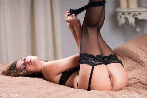Симпатная русская девушка Carmela в прозрачных чёрных трусиках и чулках