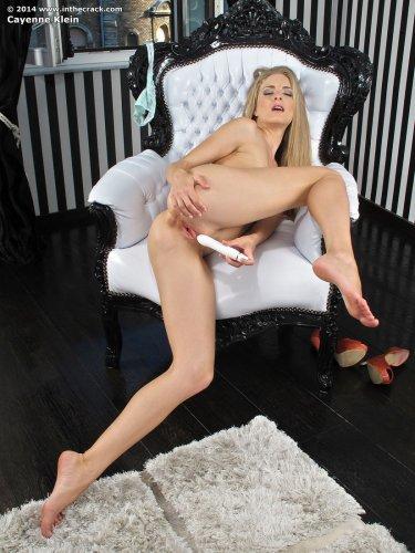 Венгерская порноактриса Cayenne Klein развлекается с белым вибратором