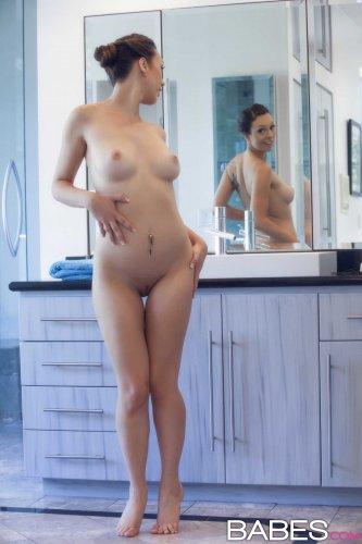 Сексуальная спортсменка Jade Nile намывает голое тело после тренировки
