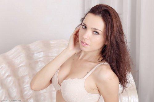 Симпатичная путана Anita E с красивым голым телом разделась в номере отеля