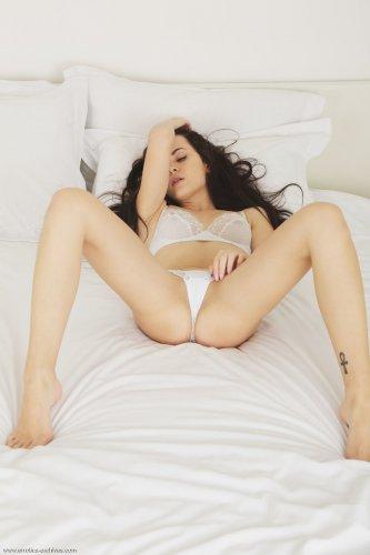Возбуждённая шалунья Amelie B показала сексуальное голое тело на кровати