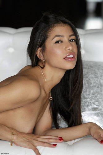 Обнажённая Veronica Rodriguez возбуждает себя двумя пальцами на диване