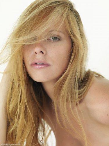 Грудастая красивая фотомодель Carmen Gemini обнажилась на белоснежной кровати