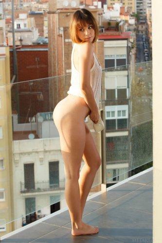 Похотливая тёлка Ariel Rebel с большими половыми губами разделась на балконе