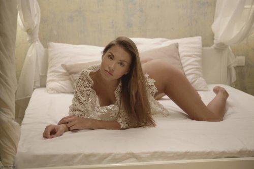 Эротические фото милашки Sabrisse Aaliyah без трусиков на кровати