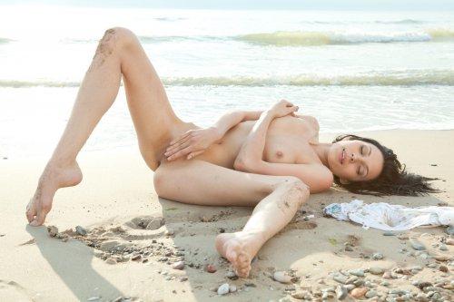 Раскрепощённая блудница Lily Cute показывает большую тёмную вагину на пляже