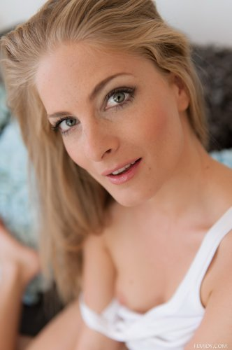 Симпатичная дама Cayenne Klein с небольшой грудью отодвинула трусы и паказала пизду