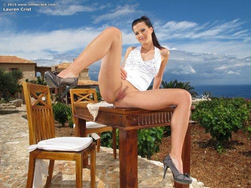 Подглядываем под юбку красивой девушки Lauren Crist с бритой голой писькой