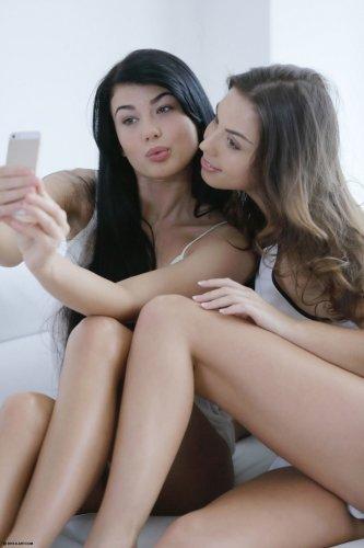 Teal & Miu на белом диване