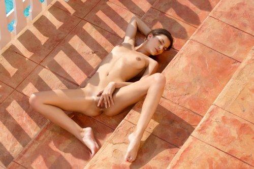 Голая Candace Luca на лестнице