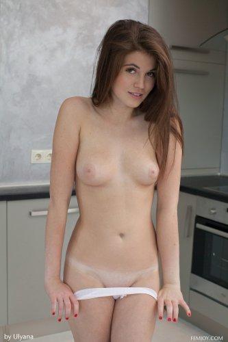 Голая Lana на кухне