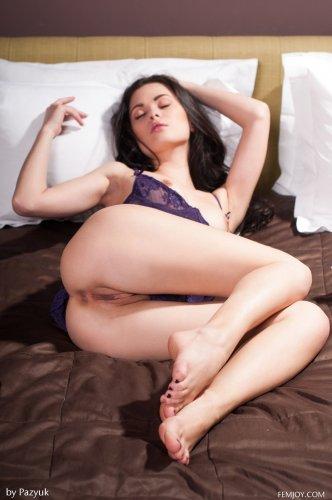Худая голая брюнетка Amelie B с огромными тёмными половыми губами на кровати