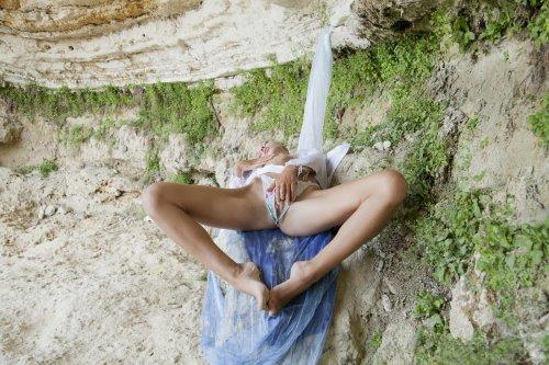 Пошлая тёлочка Milena Rebrik ласкает пухлую волосатой вагину на природе