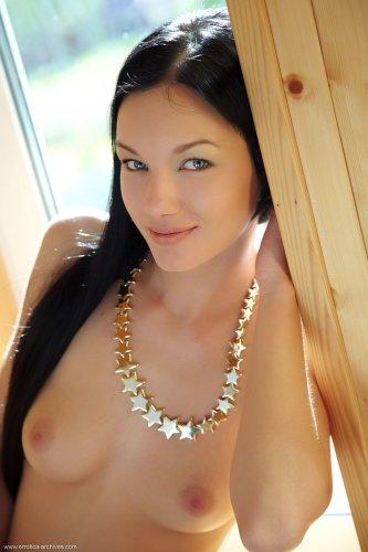 Симпатичная домработницы Loreen делает эротические фото в частном доме у окна