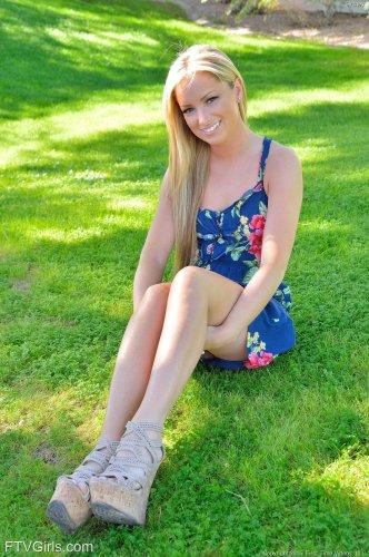 Страстная блондинка Kaylie Karter гуляет без трусиков по общественному парку