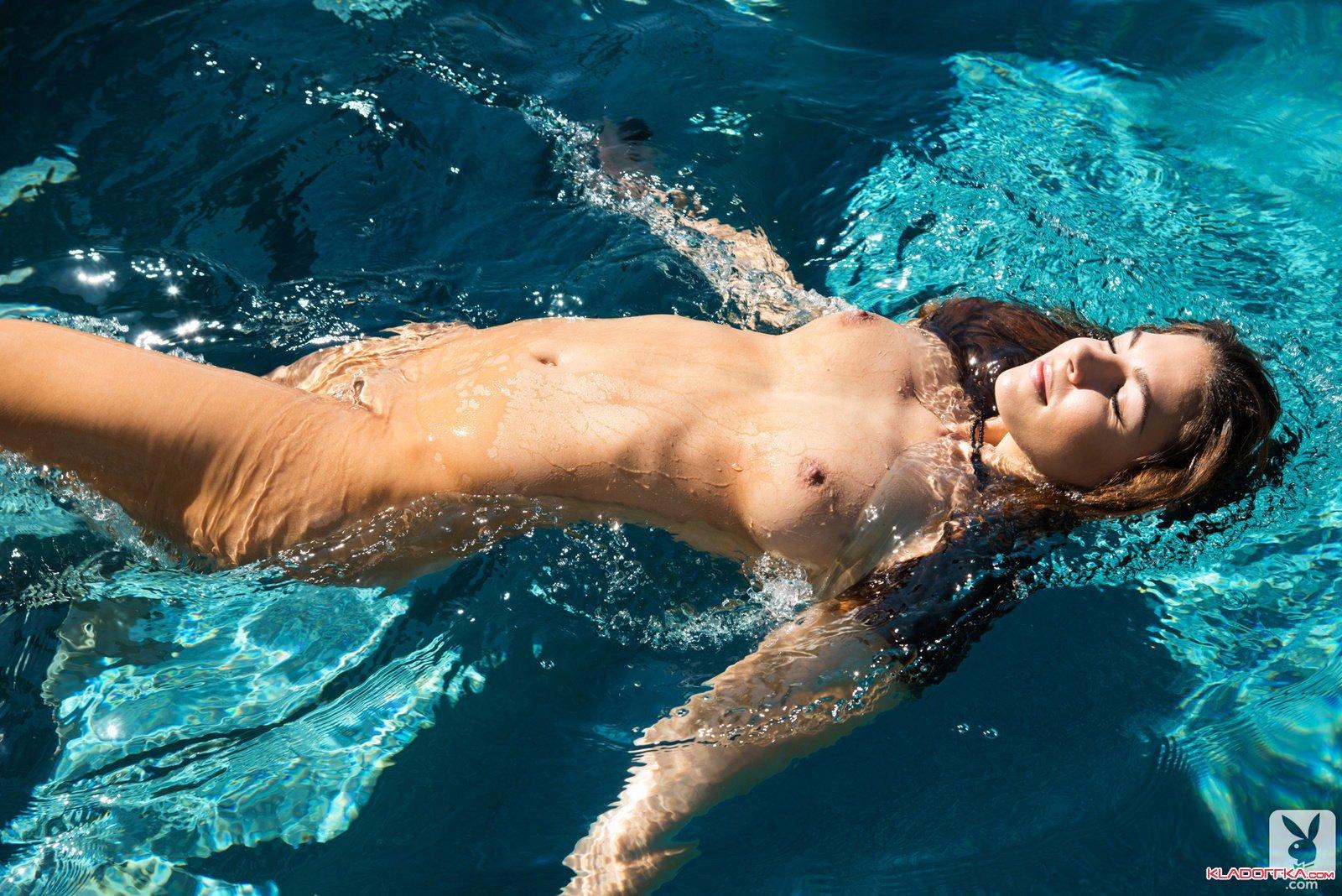 Ню в бассейне