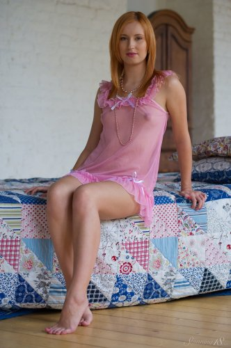 Рыженькая Nikky B в розовом пеньюаре