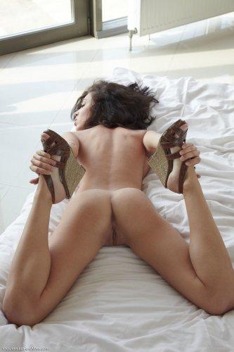 Helen H мастурбирует на кровати