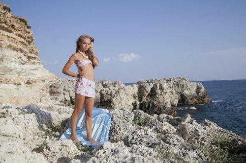Milena Rebrik скучает среди скал