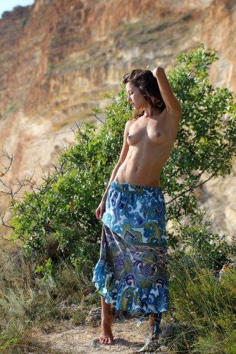 Divina A сняла юбку и нежится на солнышке