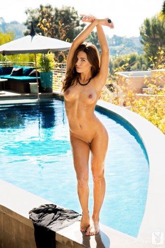 Jessica Ashley с восхитительной задницей плавает в бассейне