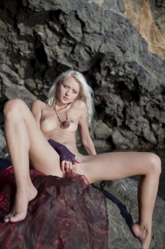 Nika N мастурбирует на природе