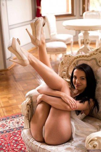 Sapphira A раздевается и раздвигает ножки