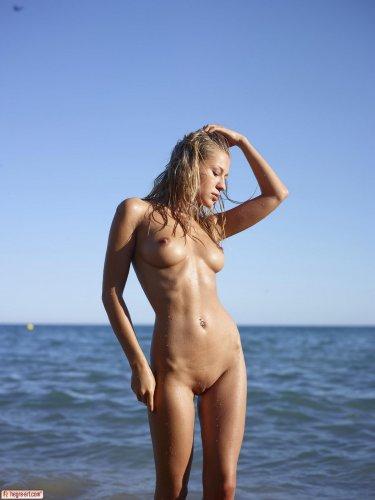 Сексуальное тело Darina Litvinova в каплях воды