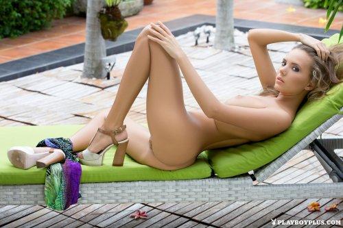 Katya Clover позирует на лежаке
