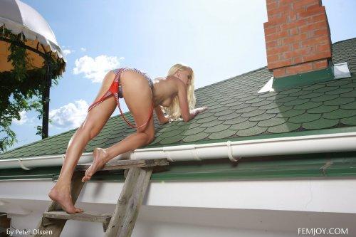 Смелая Liza B раздевается на крыше