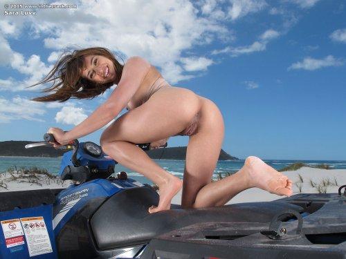 Sara Luvv подставляет свою попку, сидя на квадрацикле