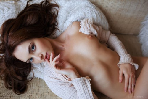 Lenai мнет свою грудь